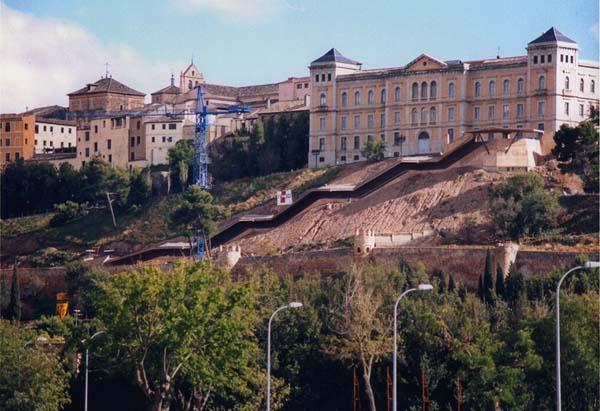 Un acceso mecanico en la ciudad de toledo for Escaleras toledo